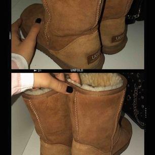 uggs i nyskick!! Världens skönaste skor, perfekt nu till hösten och vintern. Använda väldigt få gånger så de är som nya. Storlek 39 🙈💕