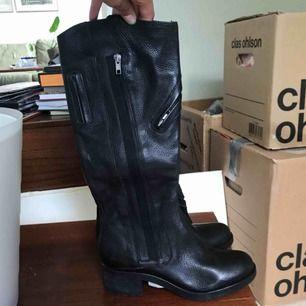 Ett par läder stövlar från Vera Wang, köpt på Nordström för 2000kr. Alldeles för små för mig, så stövlarna är oanvända!