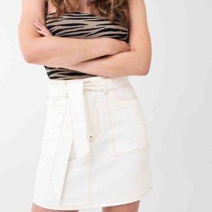 Jättesnygg kjol som går att knyta där fram. Helt ny, endast provad.🌸 Nypris:400kr