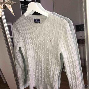Ljusgrå kabelstickad Gant tröja i bra skick. Köpt för 1100. Frakt tillkommer :)
