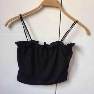 Säljer detta svarta croppade linne från boohoo då det inte passade mig. Helt nytt med lapp kvar! Frakt tillkommer eller så kan jag ibland mötas upp i Stockholm. Strl XS men är stretchigt så passar lätt en S :)