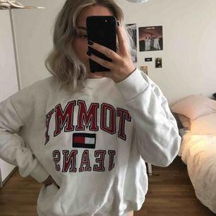 Oversized tröja från Tommy Hilfiger i storlek M. Köpt här på Plick men säljer pga kommer inte till användning längre. (: