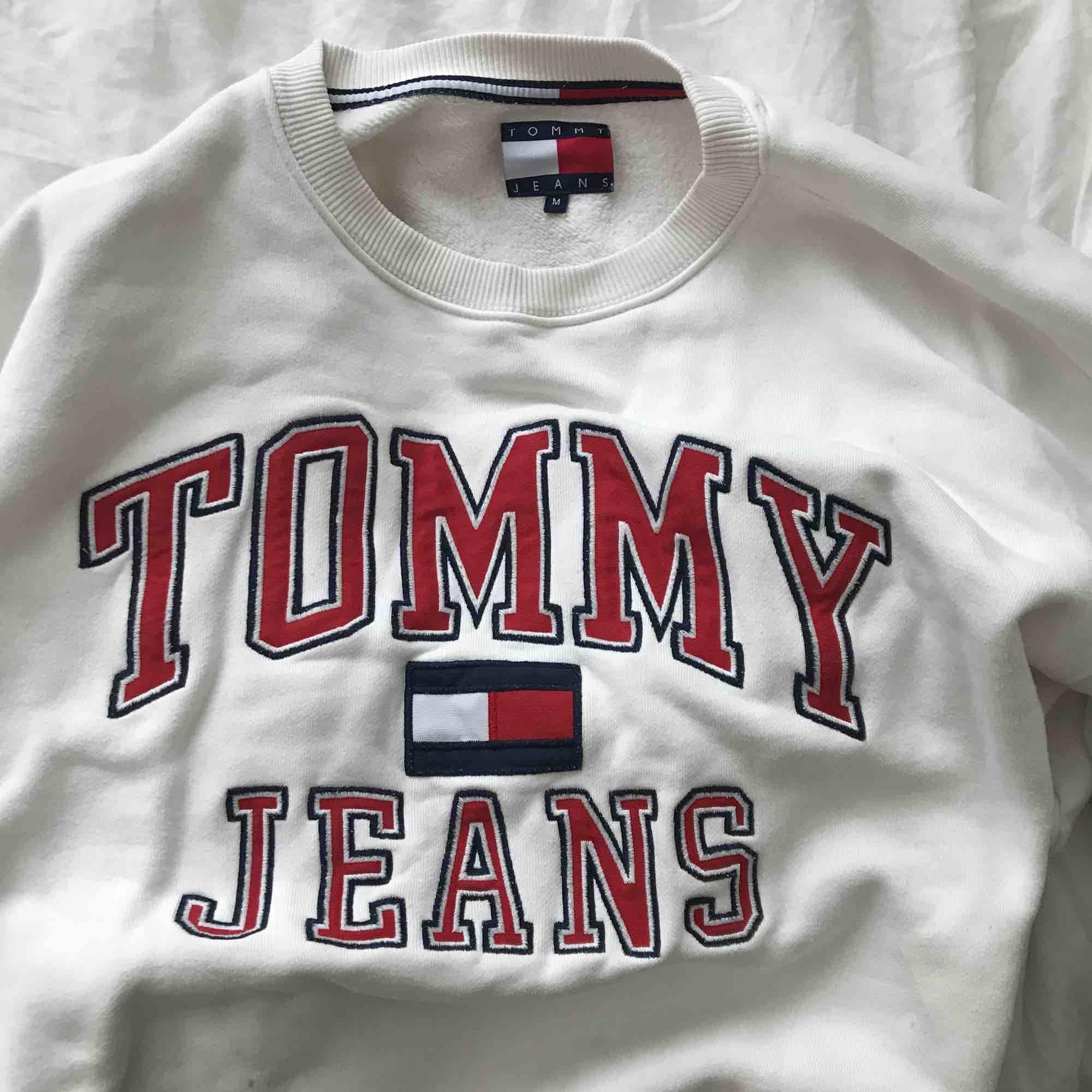 Oversized tröja från Tommy Hilfiger i storlek M. Köpt här på Plick men säljer pga kommer inte till användning längre. (:. Huvtröjor & Träningströjor.