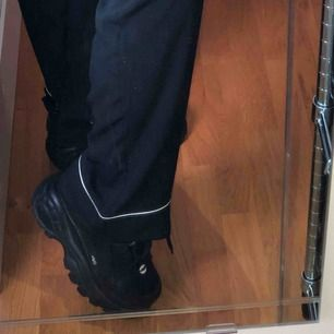 Snygga svarta byxor i storlek XS men passar även S. Frakt är redan inkluderat i priset!