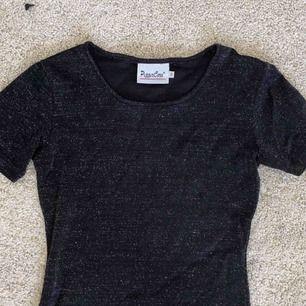 Väldigt snygg t-shirt som är svart glittrig. I bra skick. Har i princip aldrig använt, säljer i hopp om att någon annan kan få mer användning av den än jag.💖