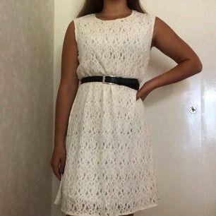 Jättefin vit klänning i viskos. Ganska tung och jätteskön! Köparen står för frakten🌸