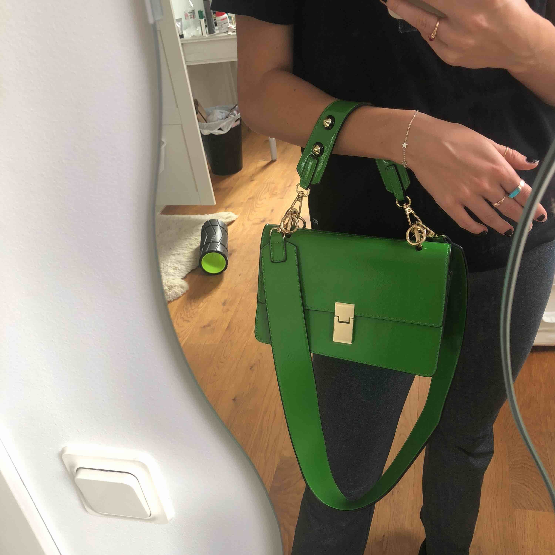 axelbandsväska i fin grön färg!! helt ny. Väskor.