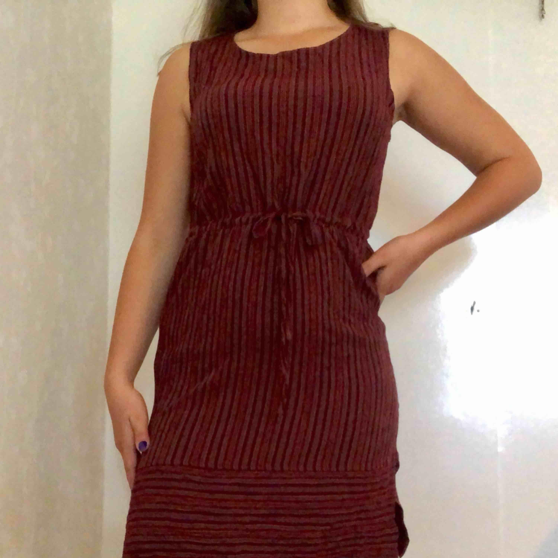 Randig tunn klänning. Jätteskön! Köparen står för frakten🌸. Klänningar.