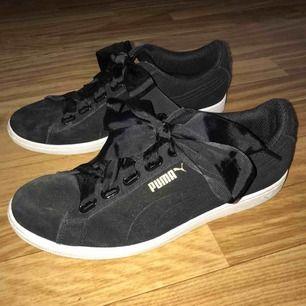 Säljer dessa snygga Puma skor med satin skosnören som är i ett väldigt bra skick, då dom bara använda 2-3 gånger. Men ena änden av skosnören är avklippta pågrund av att de va för långa. (Frakten är 90 kr)