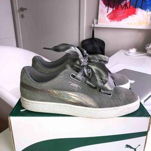 Puma basket heart suede skor i färgen grå, strl 40. Färgen finns inte längre i butik vad jag vet, inköpta för drygt 1000kr. Fint skick förutom små hål i hälen, däremot syns eller känns de ej🥰 Lite små i storleken, passar mig som har 39-40😇