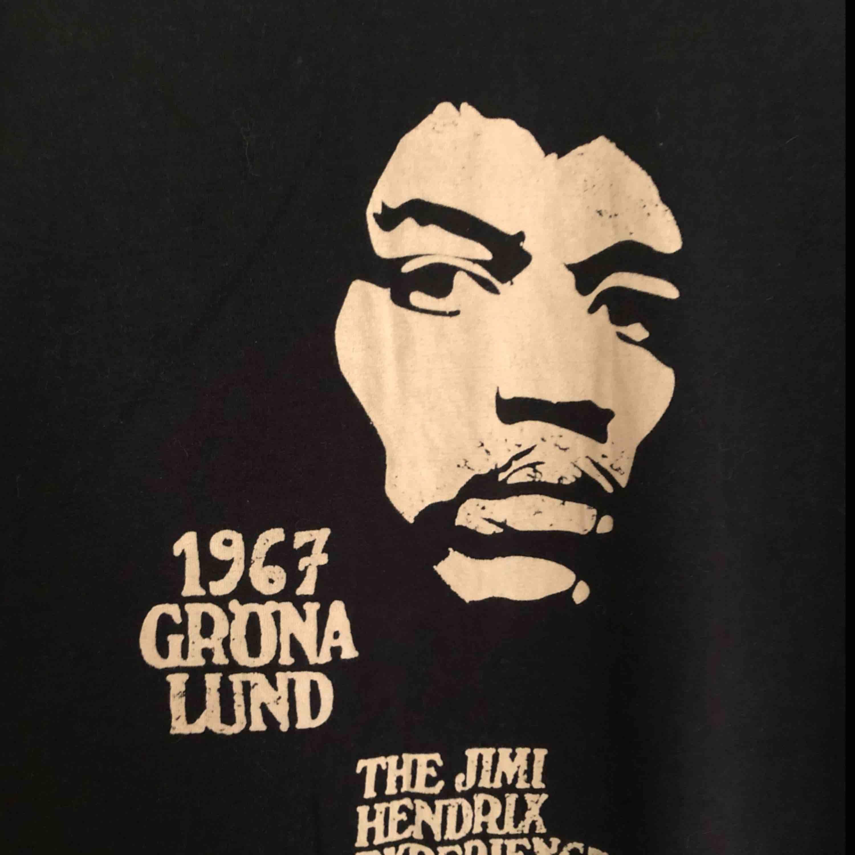 Cool t-shirt med Jimi Hendrix tryck från Gröna Lund. Står L, men skulle säga att den mer är i M. Köparen står för frakten🌸. T-shirts.