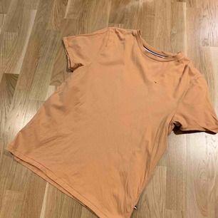 Orange Tommy Hilfiger tröja som är använd sparsamt. Storlek M, inte tajt i modellen