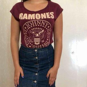 Cool t-shirt med Ramones-tryck. 38, men sitter även bra på nån med 36. Köparen står för frakten🌸