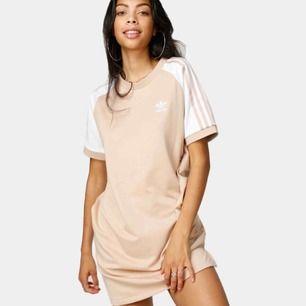 Oanvänd rosa/beige T-shirt dress från Adidas (nypris 399), frakt är inkluderat i pris!!