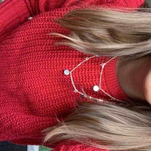 Röd stickad tjocktröja från Vero Moda:) Den är jätte fin men jag använder den aldrig:/