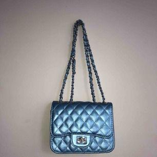 Frakt ingår!! väska som inte kommer till användning😩fett sööt blå-metallic
