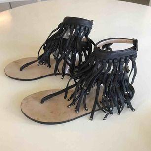 Sandaler i skinn från Marlene Birger. Så snygga till både shorts, kjol eller klänning, men kommer tyvärr inte till användning. Spårbar frakt 59:-