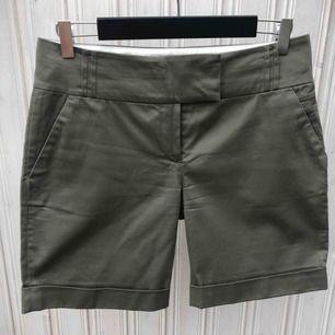 Shorts i olivgrön nyans från MQ.