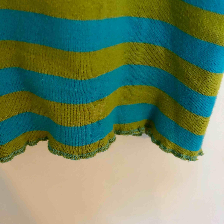Lekfullt, färgglatt linne i skönt material. Köparen står för frakten🌸  . Toppar.