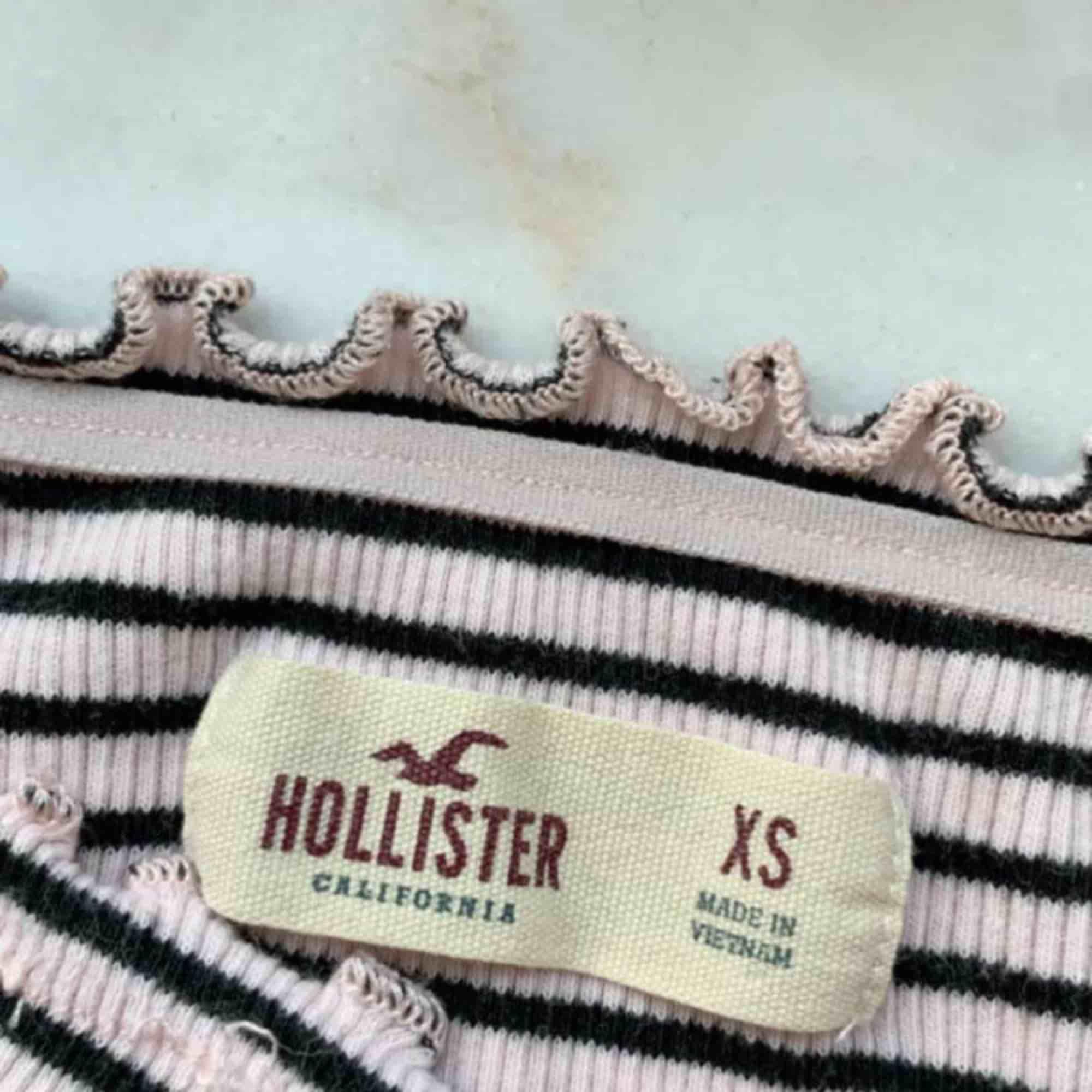 Jättefin off shoulder topp från Hollister som nästan aldrig är använd:) frakten ingår i priset☺️. Toppar.