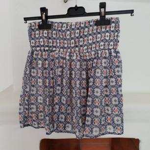 Sommrig mini-kjol från Hollister Knappt använd Säljer pga för liten