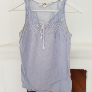 Sommrig blått linne med fina detaljer Knappt använt