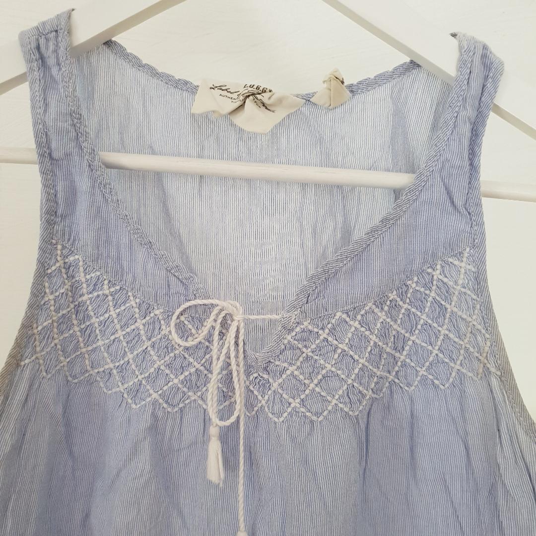 Sommrig blått linne med fina detaljer Knappt använt. Blusar.