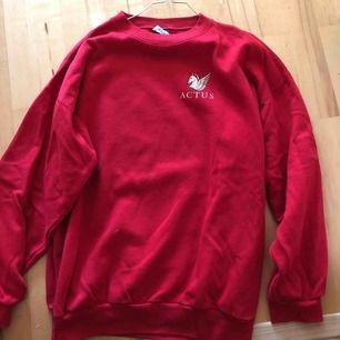 Jättemysig röd tröja köpt på retro avdelningen på Myrornas i Göteborg. Säljer då den bara ligger i garderoben. Är L men sitter som M