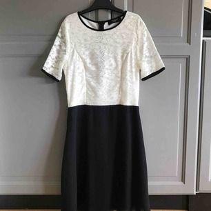 Säljer denna klänning med vita blomdetaljer, som är vid bra skick då den bara används vid ett tillfälle. Det funkar alldeles utmärkt att använda klänningen till skolavslutningar som till en vanlig sommardag.  (Köparen står för frakten)