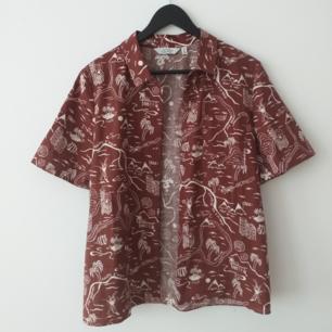 Jättefin skjorta från &Other Stories, bra skick sparsamt använd. Så fint mönster med inspiration från franska Rivieran.