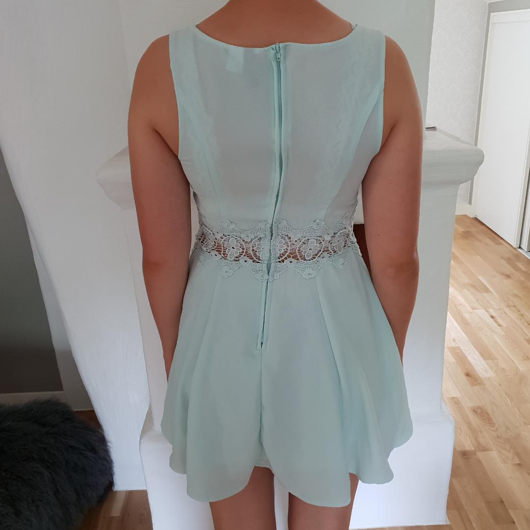 Blå klänning med fin blomm-detalj i midjan. Överdelen är ganska genomskinlig. Köpt secondhand.. Klänningar.