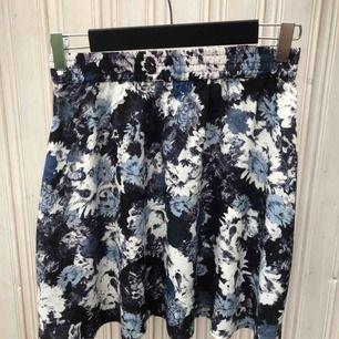 Fin, blommig kjol från Twist & Tango. Kort modell.