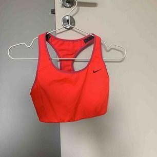 Sport-BH från Nike. Neonrosa i strl M, passar även en S. Bilden gör inte BH:n rättvisa då den är mer rosa än orange. Säljer även en likadan i neongul.   Köparen står för frakten (samfraktar mer än gärna!).