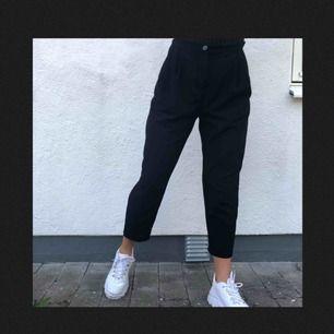 Superfina svarta kostym ish byxor från Monki. Väl använda men fortfarande i gott skick! Frakt tillkommer och betalningen sker via Swish.