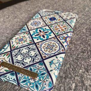Ett blått & guldigt Ideal of Sweden skal som passar till iPhone 6+ (även 6s +). Småslitna kanter och lite missfärgning på märket men håller i övrigt hög standard.  Köparen står för frakt (samfraktar gärna!)