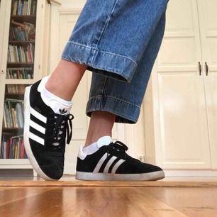 Fina, svartvita och sköna Gazelle sneakers i storlek 43. Från Adidas. I mocka. Herrsko i smal passform, passar dam lika bra. Använda ett fåtal gånger och därför fortfarande i bra skick.  Nypris i butik: ca 900 kr  Frakt tillkommer.