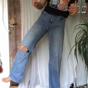 säljer nu ett par gamla favoriter!! Yoko jeans från monki, bra skick o har klippt hål på höger knä😁😌💅🏻 härligt utsvängda precis lagom till en 170 men funkar även längre/kortare. Najs skynda fynda!!!🥶 möts helst men kan fraktA