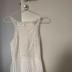 Vit klänning i strl S från Hollister. Supertrendig med plisserad nederdel och överdel av spets. Den perfekta student eller sommarklänningen! Använd endast 1 gång! Köparen står för frakt (samfraktar gärna!)