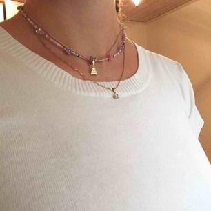 Halsband som jag har pärlat själv.😋 Den är ca 40 cm lång. 50kr exklusive frakt.