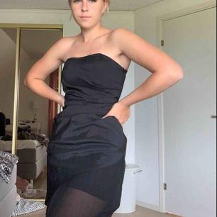 Klänningen har en resår som har gummi vilket håller upp klänningen bra över brösten.