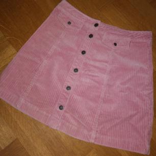 Ljusrosa kjol i typ mocka imitation, från h&m. Stl 36 Köparen står för eventuell frakt.