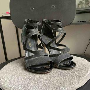 Högklackade skor från Tiamo, inköpta för minst 10x mitt pris. Använda max 5 gånger. Strl 38.  Perfekt till fest eller bal. Köparen står för frakt.