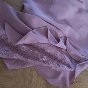 Rosa blus i stl M. Spets och volang på övre delen av ärmen. Fint skick, köpare står för eventuell frakt.