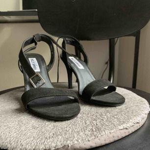 Mellanhögklackade sandaletter från Nelly. Perfekt till vardags eller till den som föredrar bekvämare något lägre klackar. Fint till byxor som kjol/klänning! Strl 38 och fint skick. Köparen står för frakten (samfraktar gärna!)