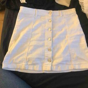 Fin vit kjol i bra sick, använd ett flertal gånger men har inga slitningar eller fläckar💓