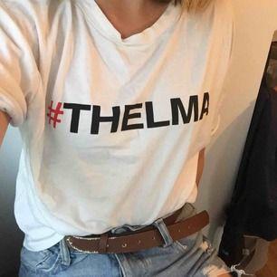 """Tröja från filmen """"Thelma and Louise"""". Den har storlek XS men den passar på S också. Köpt i Spanien på affären stradivarius. På baksidan står det """"Who runs the world baby"""". Köparen står för frakt eller så kan jag mötas upp i Stockholm :)"""