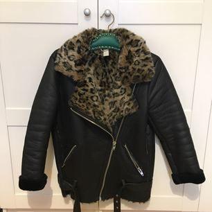 Skitsnygg vinterjacka i bikermodell med leopardfoder från H&M i strl 38. Använd fåtal gånger i vintras. Rökfritt och djurfritt hem. Möts upp i Sthlm eller skickas :)