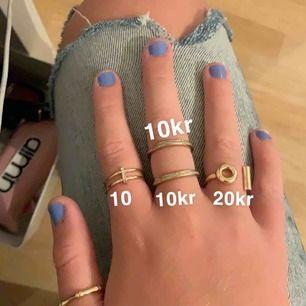 säljer ringar för olika priser, man kan köpa en ring eller flera! Den på tummen är Size M och kostar 15kr  dom andra är S. Frakten är 9kr💕💕