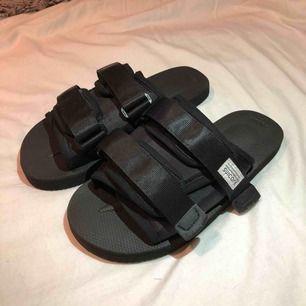 Oanvända suicoke sandaler i storlek 38! Nypris va 2800:) frakt ingår💕säljer pga för små för mig