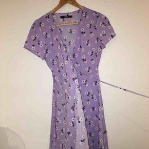 Otroligt snygg klänning. Hur somrig som helst. Köparen står för frakten.